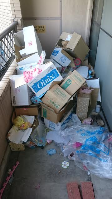 ベランダにあるゴミの回収と清掃作業