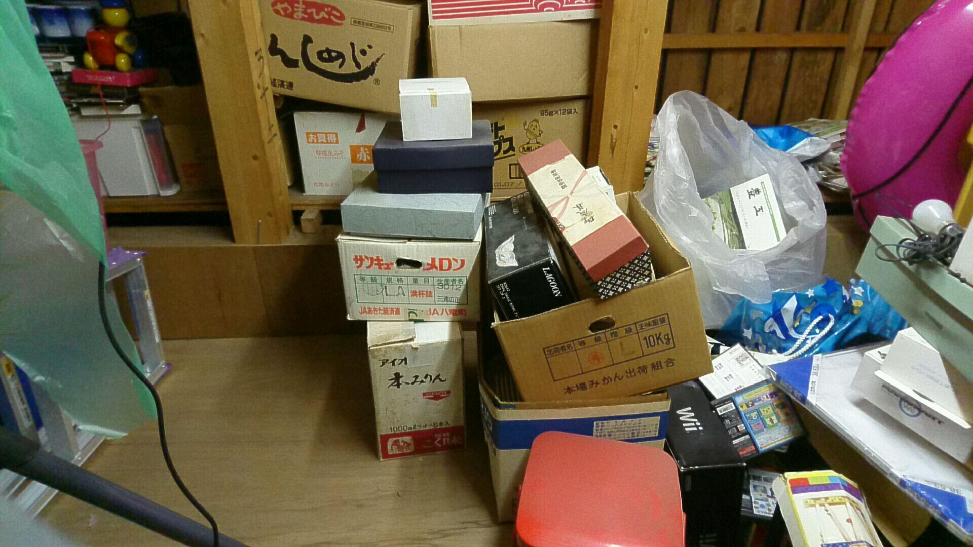 段ボールに入った食器や贈答品の回収